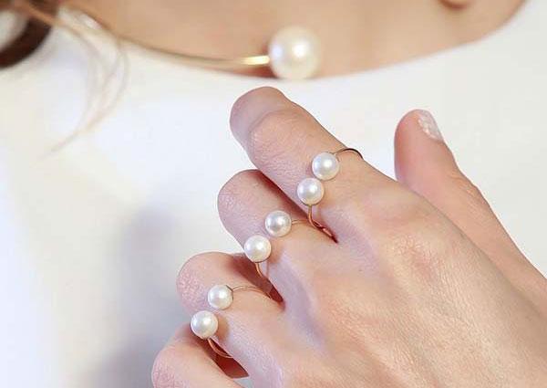 Làm đẹp đôi tay đón xuân về cùng mẫu nhẫn ngọc trai