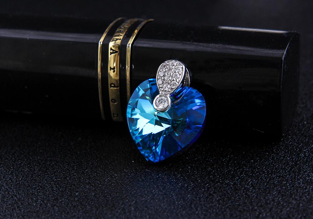 Gam màu xanh mang lại sắc trẻ trung cho người đeo.
