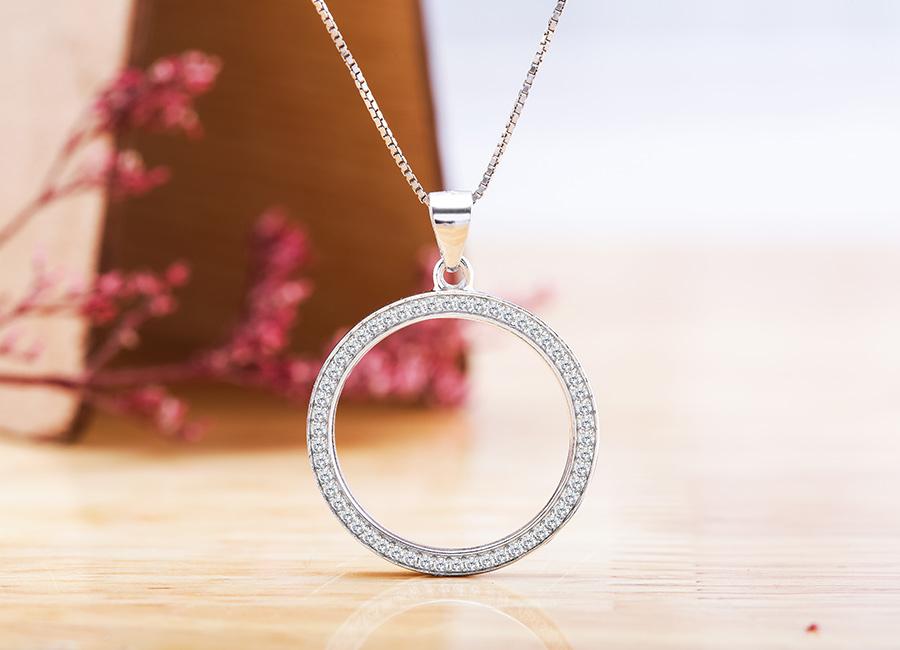 Mặt dây chuyền bạc Acacia tôn vinh nét đẹp hiện đại cho phái đẹp.