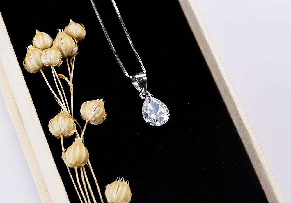 Màu sắc rực rỡ của viên đá giúp bạn gái tự tin tỏa sáng ở bất cứ nơi đâu.