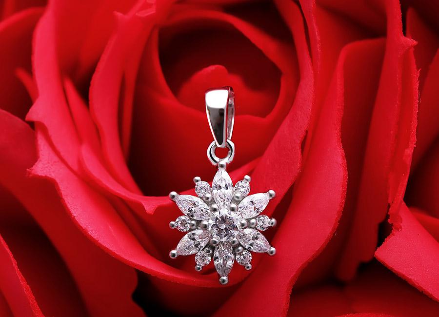 Mặt dây chuyền với hình ảnh bông hoa khoe sắc đầy lấp lánh.