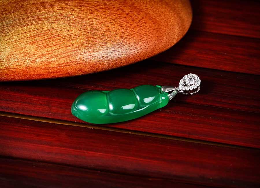 Mẫu mặt dây chuyền sở hữu gam màu xanh lá cây đặc trưng.