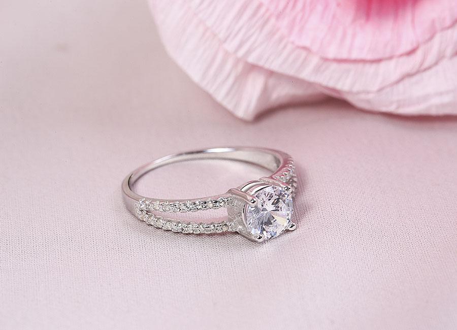 Chiếc nhẫn bạc nạm đá CZ lấp lánh.