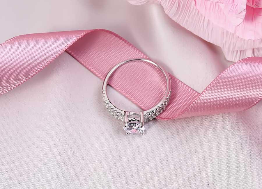 Thân nhẫn kiểu dáng tròn, mảnh rất dễ đeo.