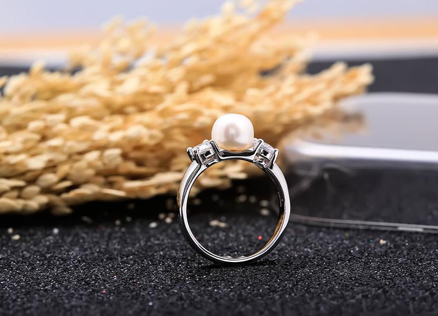 Vẻ đẹp gây thương nhớ của nhẫn bạc Charm Pearl.