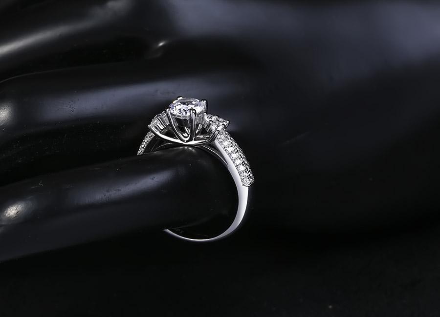 Kiểu nhẫn đá nhô cổ điển luôn luôn được yêu thích.