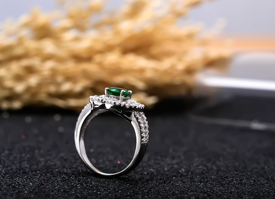 Nhẫn bạc Kim Lady tôn vinh vẻ đẹp sang trọng, quý phái.