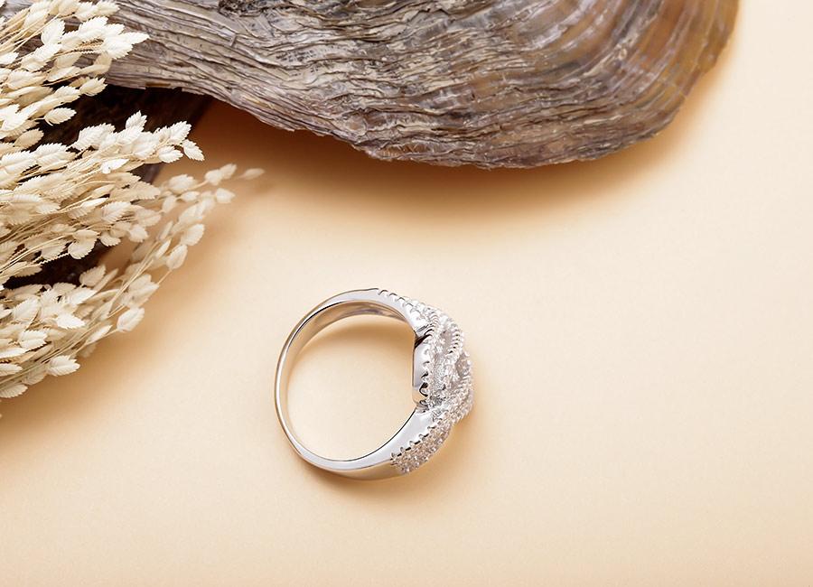 """Nhẫn bạc Krystal đẹp """"không góc chết""""."""