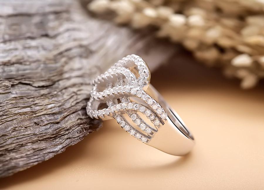 Eropi hy vọng các bạn nữ sẽ được tỏa sáng trọn vẹn với nhẫn bạc Krystal.