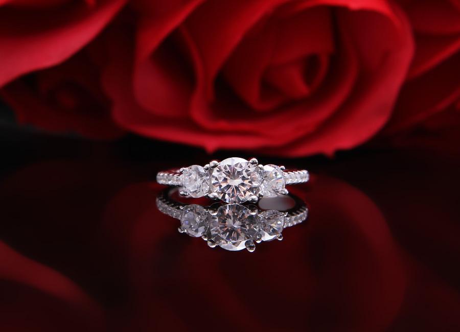 Mặt nhẫn tinh tế và ấn tượng với sắc lấp lánh.