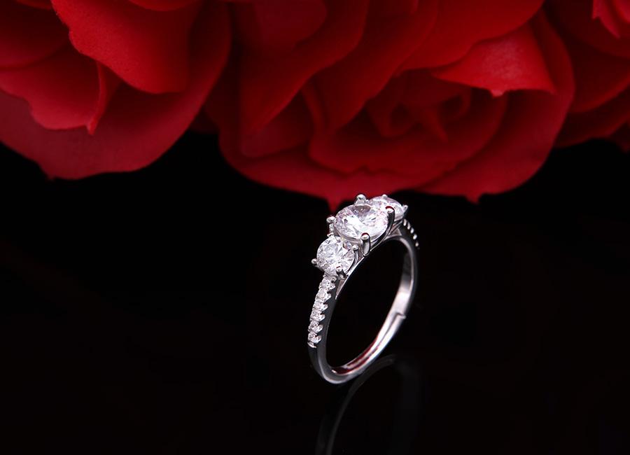Chiếc nhẫn tinh khôi cho bàn tay thêm điệu.