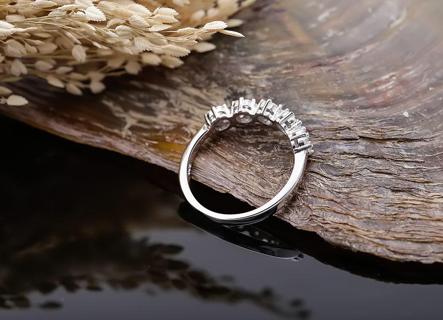 Nhẫn bạc Lavender dễ dàng mix and marth với nhiều phong cách thời trang khác nhau.