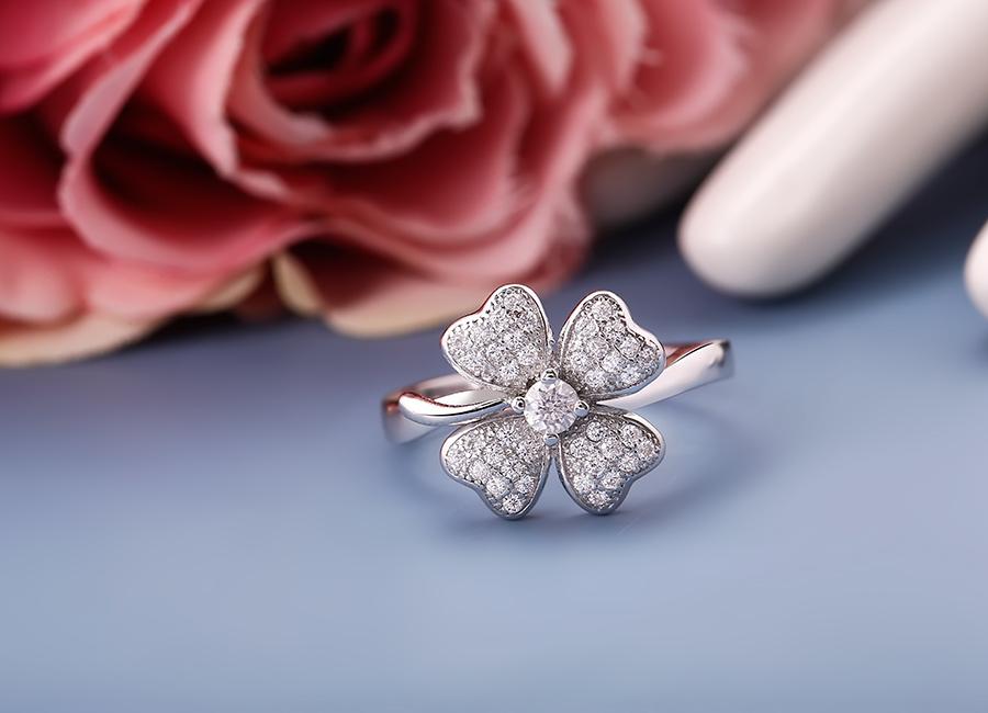Mặt nhẫn được gia công vô cùng mềm mại và tinh xảo.