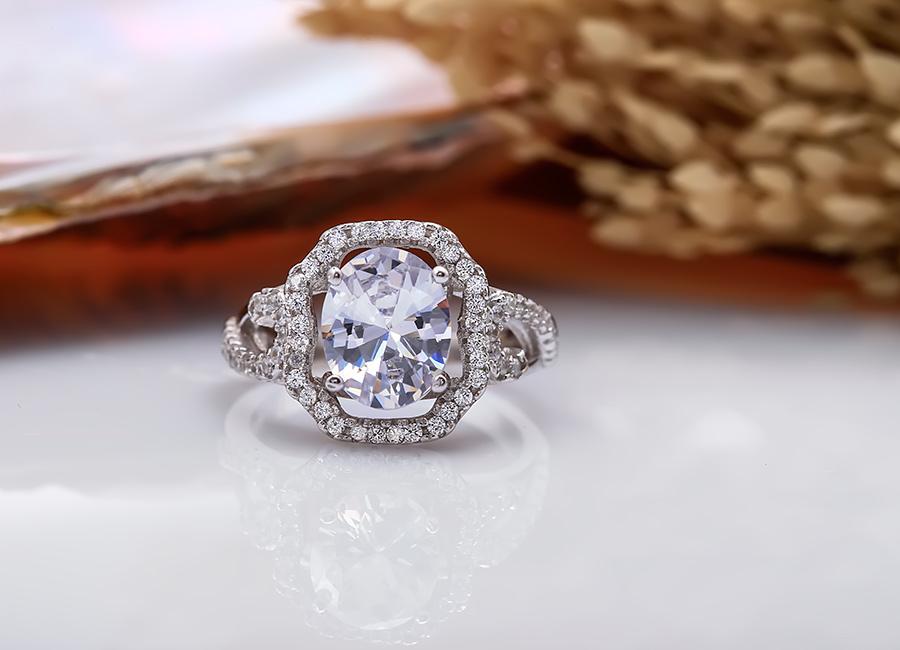 Mặt nhẫn có thiết kế không quá cầu kỳ.