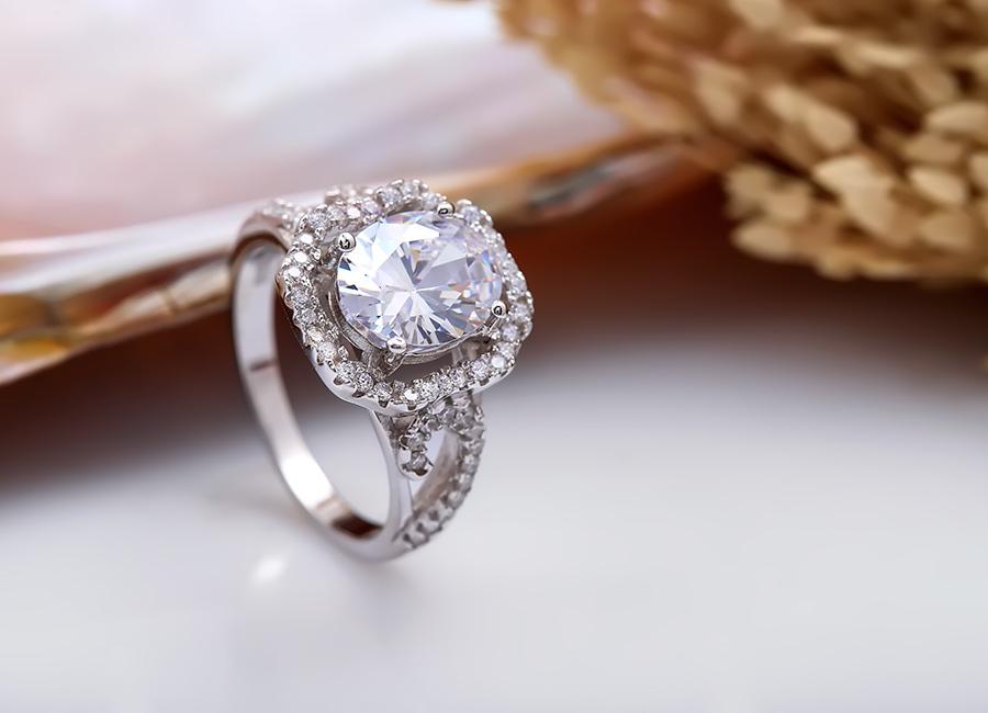 Eropi tự hào là nhà chế tác và phân phối độc quyền nhẫn bạc Lucy.