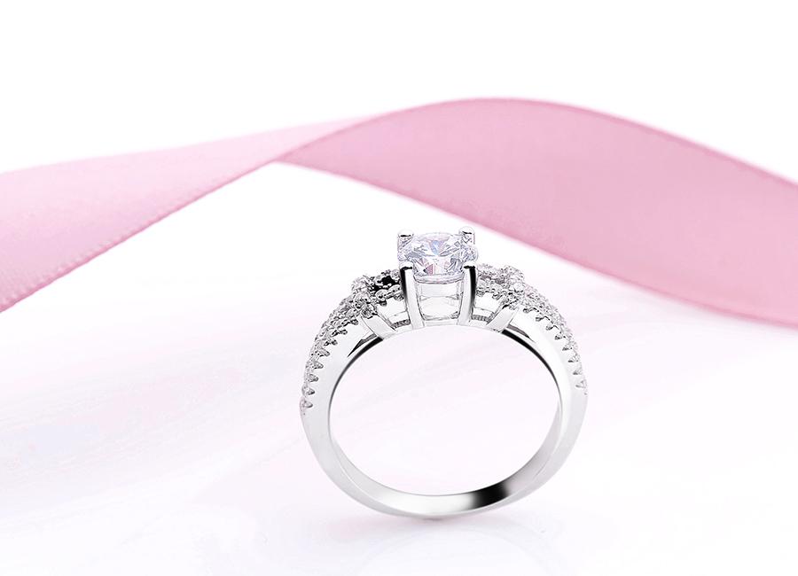 Nhẫn bạc Luxurious đính đá cầu kỳ.