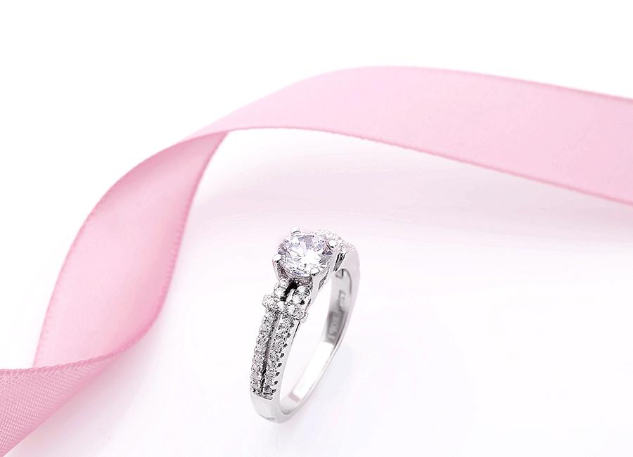 Chiếc nhẫn có màu sắc lấp lánh đầy cuốn hút.