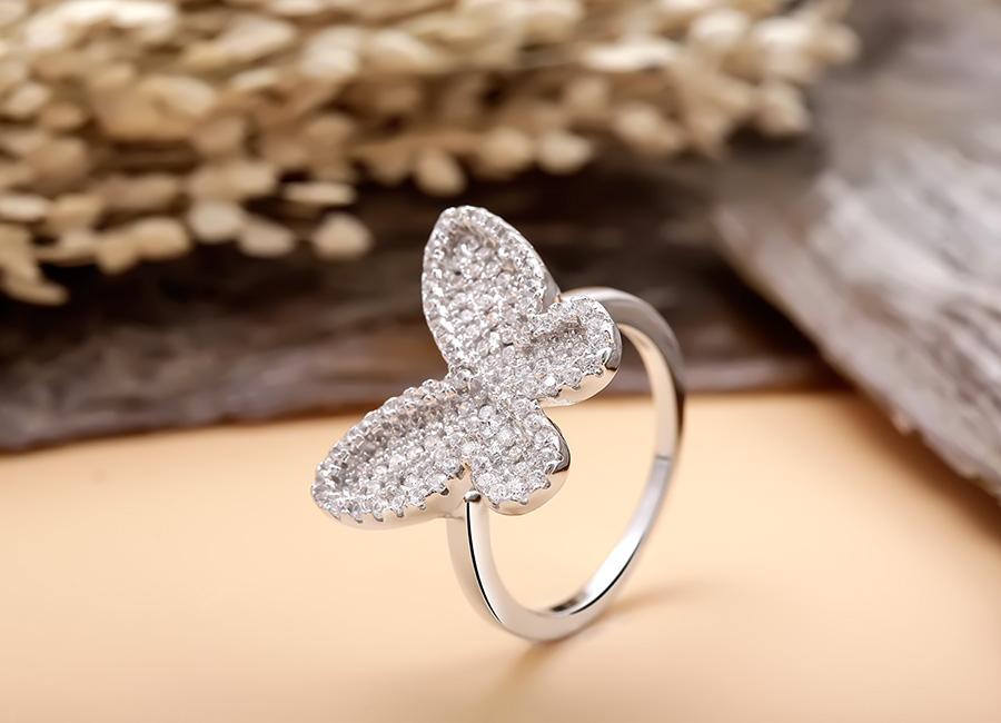 Nhẫn bạc Momo Butterfly có điểm nhấn là họa tiết cánh bướm.