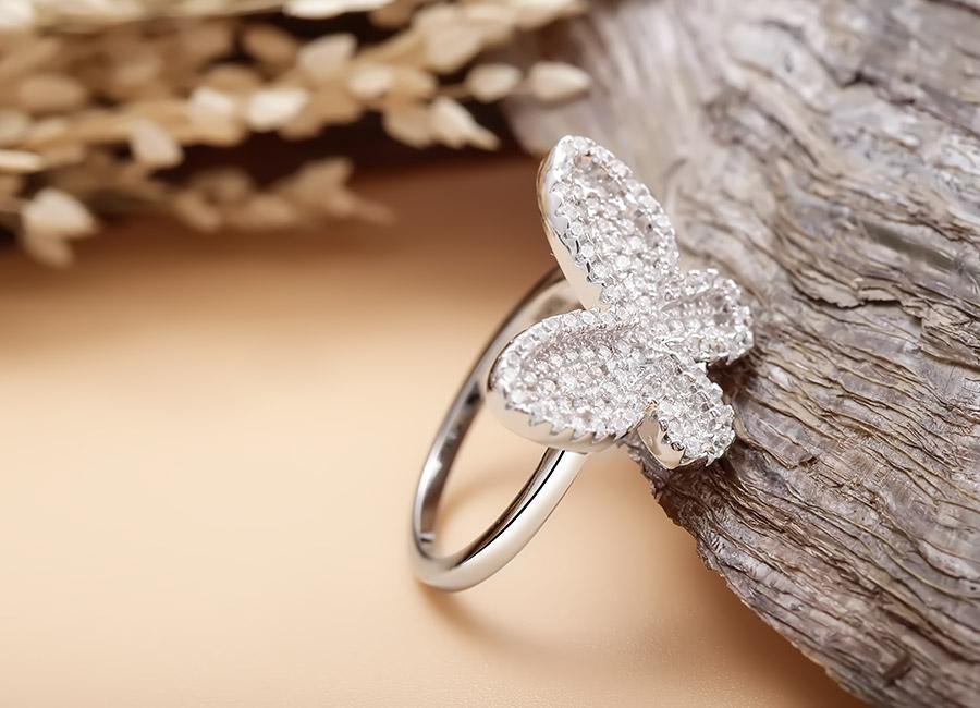 Chú bướm nhỏ long lanh với sự hiện diện của hạt đá CZ.