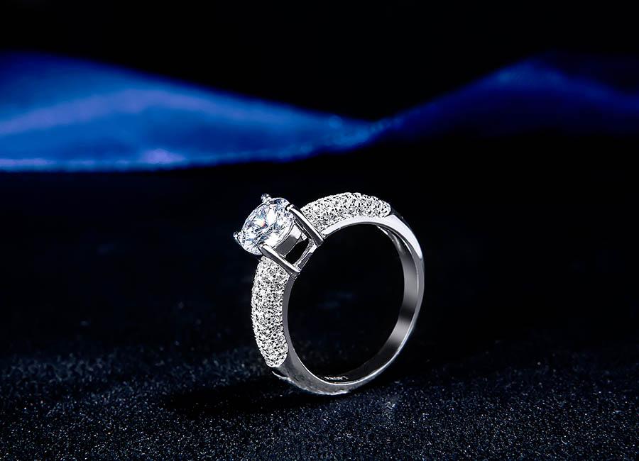 """Mặt nhẫn bạc gắn đá nhô """"sang chảnh""""."""