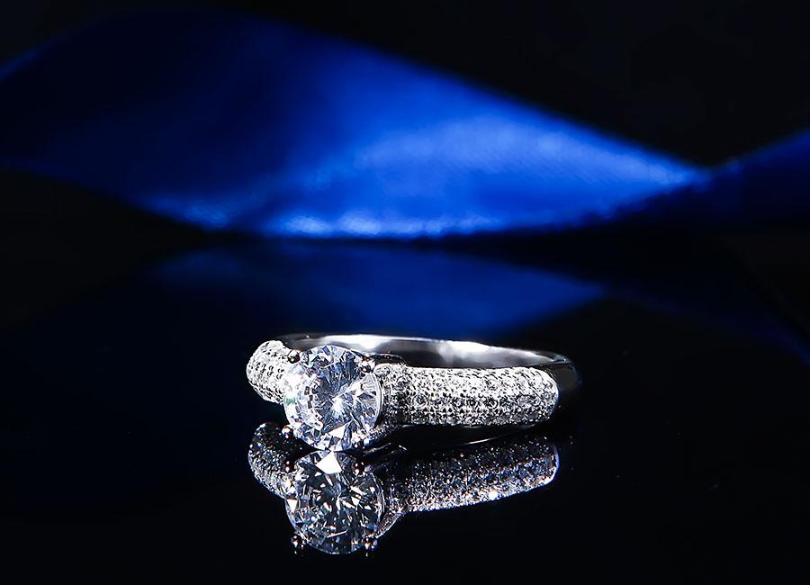 Bề mặt nhẫn được nạm đá trắng tinh xảo, chắc chắn.