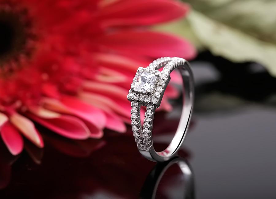 Cùng ngắm nhẫn bạc Real Love ở góc nghiêng.
