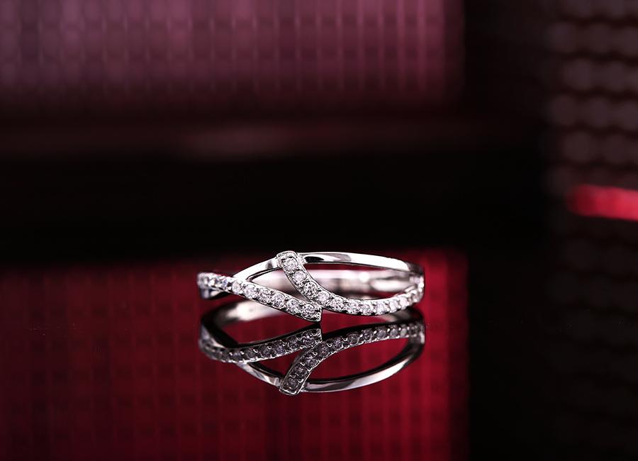 Mặt nhẫn nổi bật với những dải sóng mềm mại.