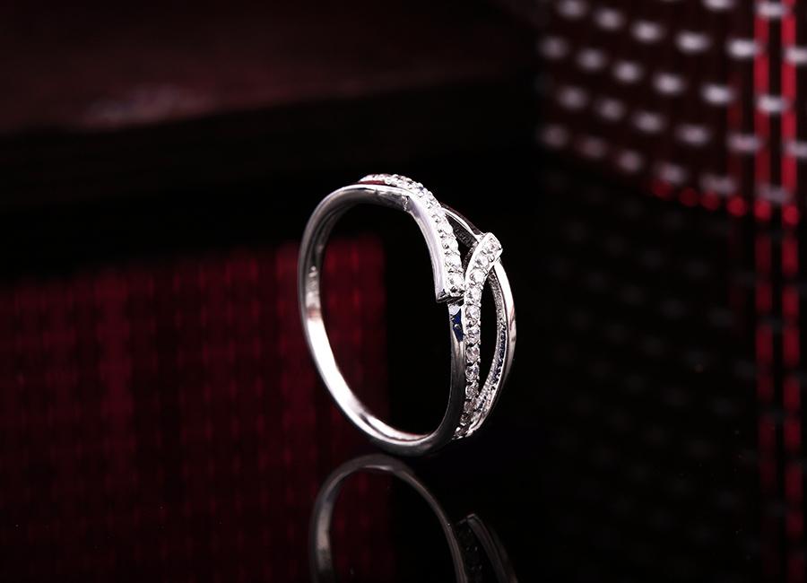 Mẫu nhẫn mang phong cách hiện đại sẽ là người bạn thân thiết của bạn.