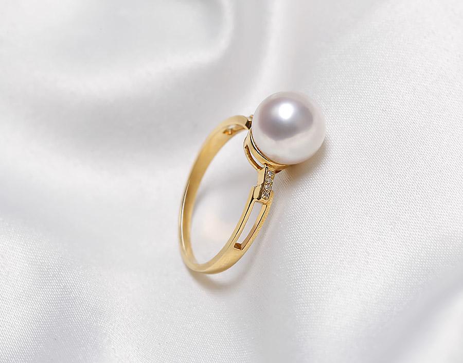 Thiết kế tinh tế với viên ngọc trai Akoya trắng nổi bật trên nền vàng 18k.
