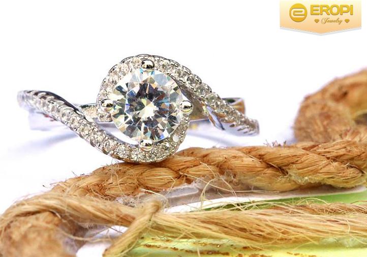 Nhẫn bạc 925 với tạo hình hai dải sóng làm sản phẩm bắt mắt, thu hút ánh nhìn