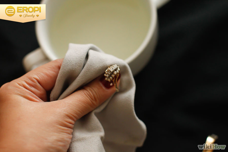làm sạch trang sức có đính đá quý