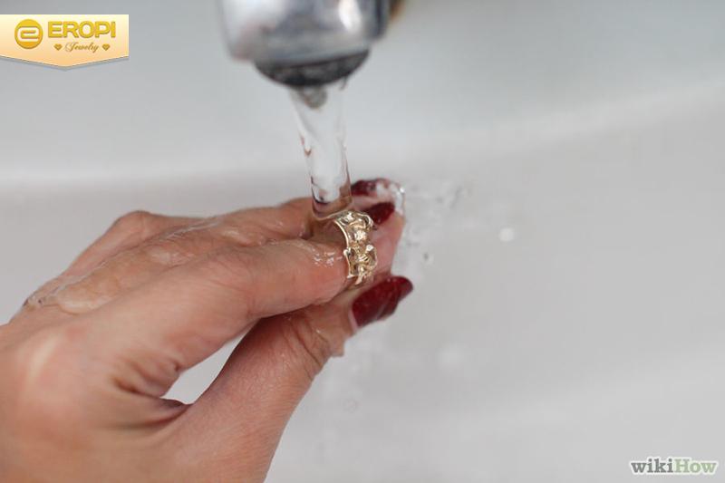 làm sạch trang sức bằng kem đánh răng
