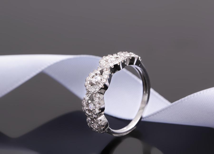 Chiếc nhẫn bạc mang vẻ đẹp tinh khôi, dịu ngọt.