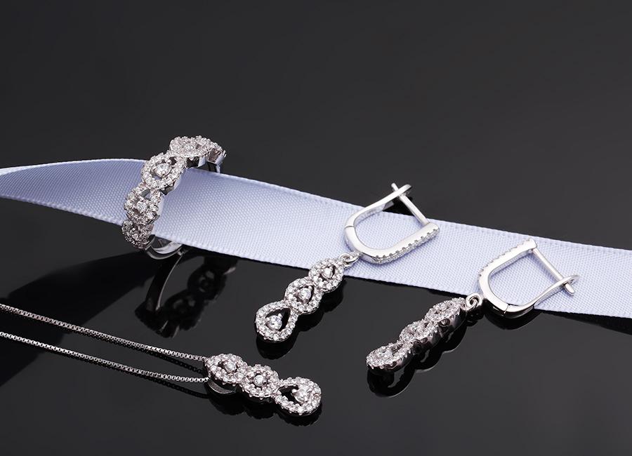 Nét dịu dàng, thanh lịch của bộ trang sức bạc gắn đá CZ.