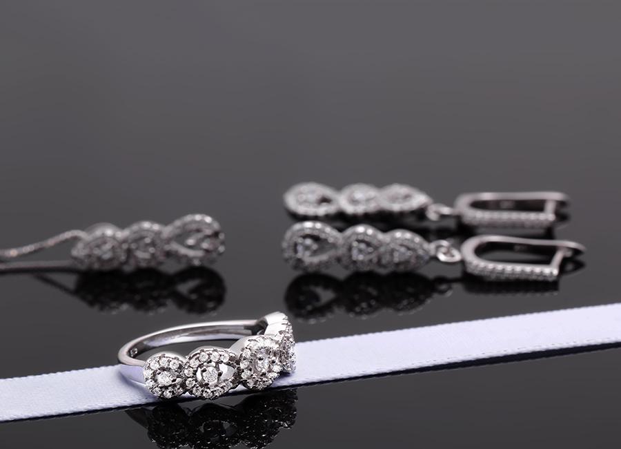 Các chi tiết của bộ trang sức được gia công tỉ mỉ khéo léo.