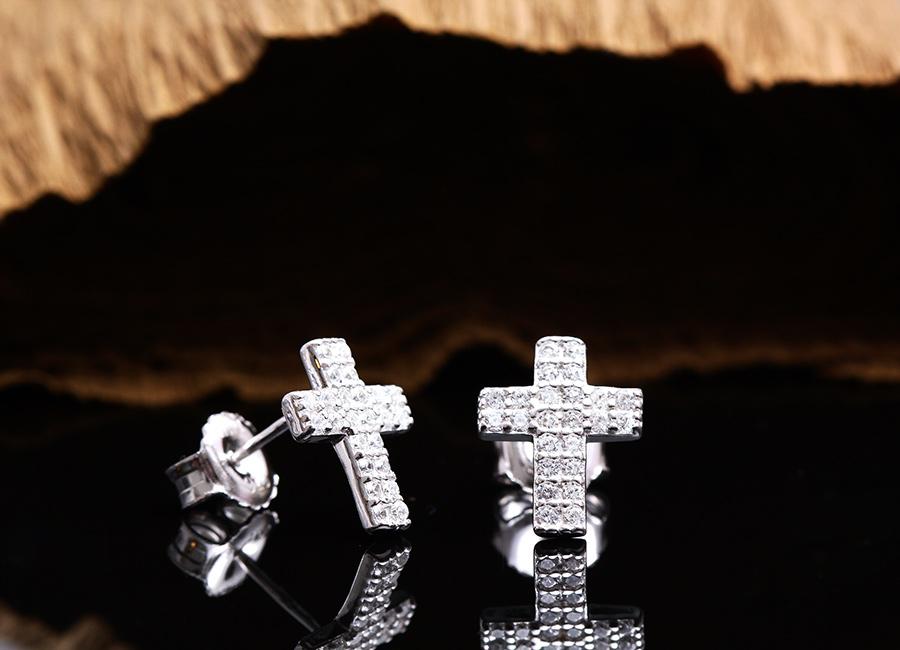 Bông tai bạc tạo hình cây thánh giá.