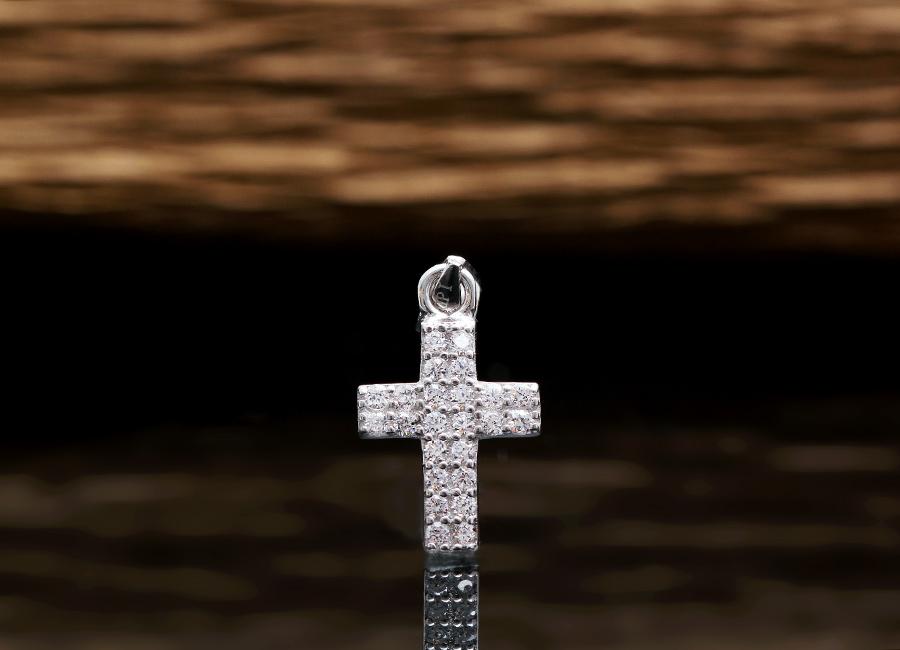 Cận cảnh phần mặt thánh giá nạm đá của mặt dây chuyền bạc.
