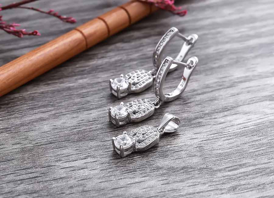 Bộ trang sức chế tác từ bạc Ý 925 gắn đá Cubic Zirconia.