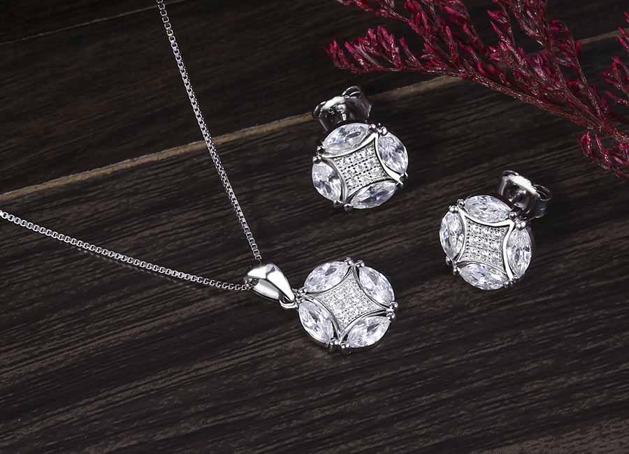 Bộ trang sức bạc với vẻ đẹp lộng lẫy, cuốn hút.
