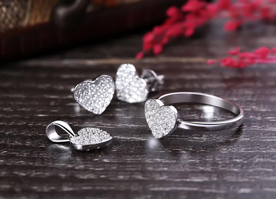 Bộ trang sức được thiết kế dựa trên ý tưởng trái tim yêu thương.