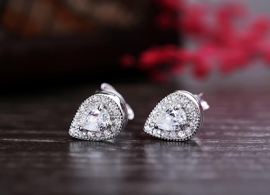 Đôi bông tai bạc kiểu dáng khuyên nụ cho bạn sự thoải mái nhất khi đeo.