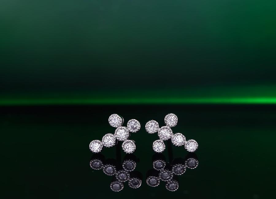 Đôi bông tai nằm trong bộ trang sức bạc Layla Cross đầy cuốn hút.