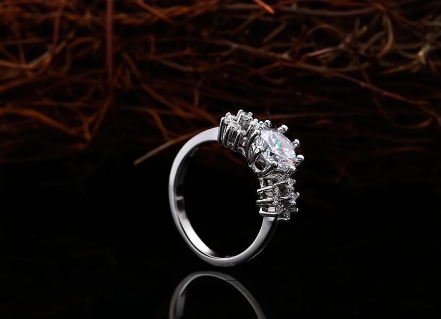 Chiếc nhẫn sinh động làm đẹp đôi tay bạn.