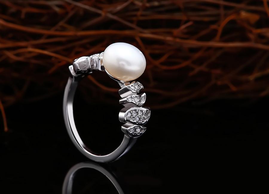 Chiếc nhẫn ngọc trai tôn vinh vùng tay của cô gái thời hiện đại.
