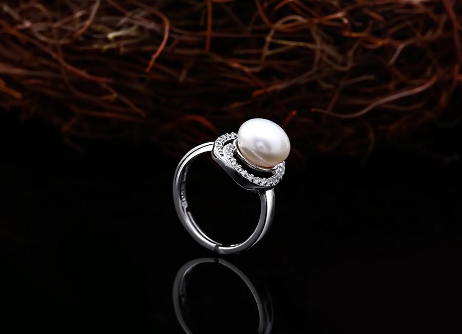 Lấp lánh sắc đá trên tạo hình chiếc nhẫn ngọc trai.