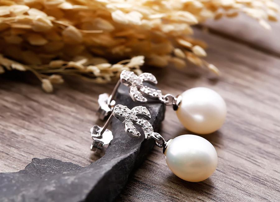 Bông tai ngọc trai là món trang sức không thể thiếu trong tủ đồ phái đẹp.