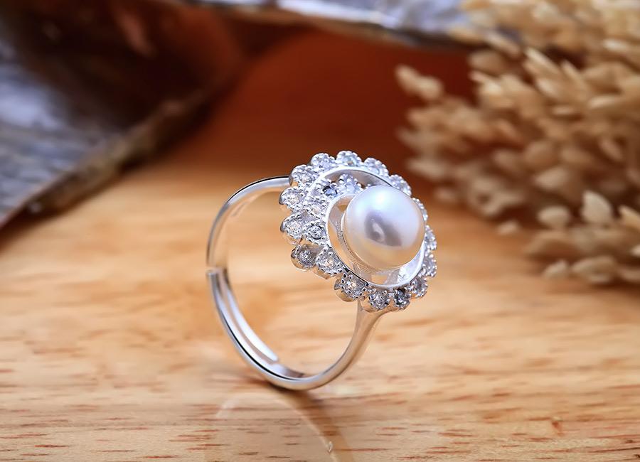 Chiếc nhẫn ngọc trai yêu kiều đầy cuốn hút.