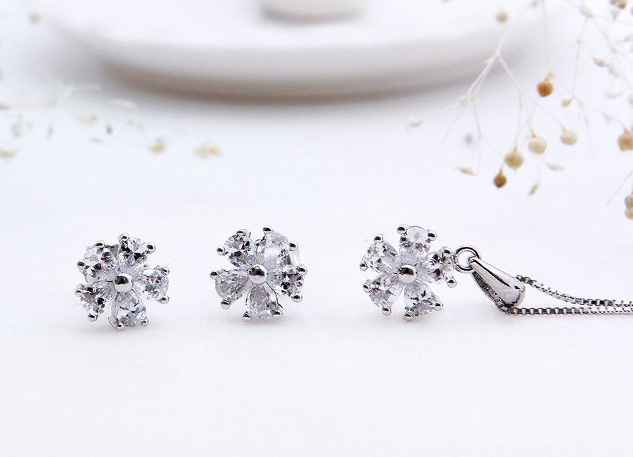 Vẻ đẹp không thể chối từ của bộ trang sức bạc Poppy Flower.