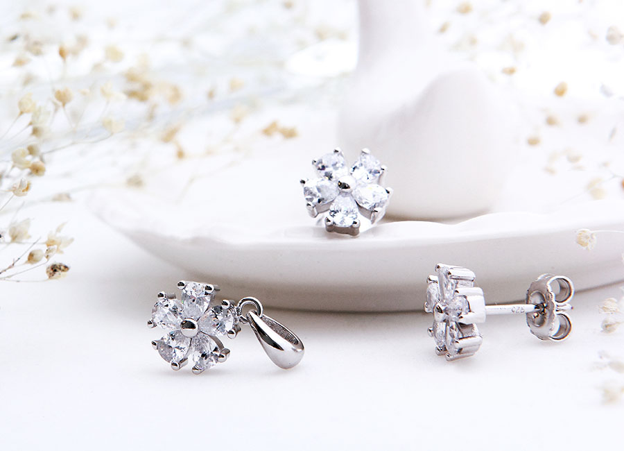 Sự kết hợp hoàn hảo giữa đá CZ và bạc xi bạch kim mang đến mẫu nữ trang hoàn hảo.