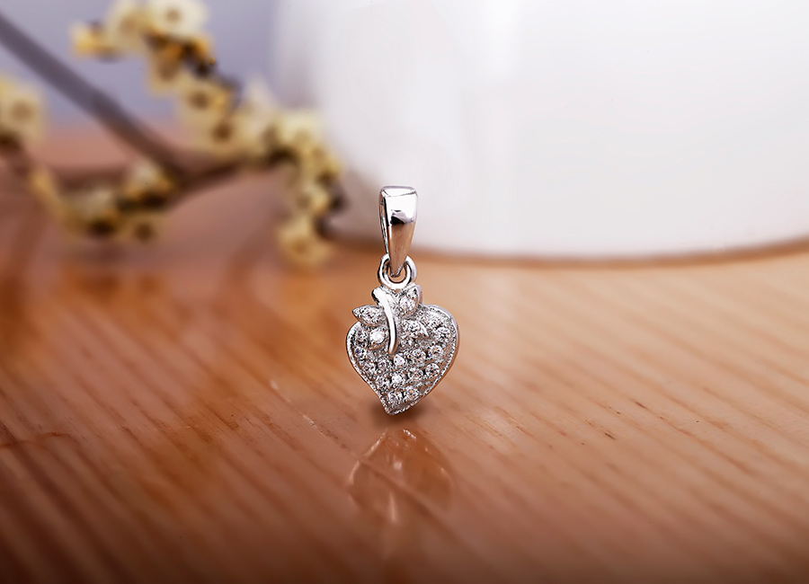 Mặt dây chuyền bạc có độ sáng lấp lánh, tạo hình mới mẻ.